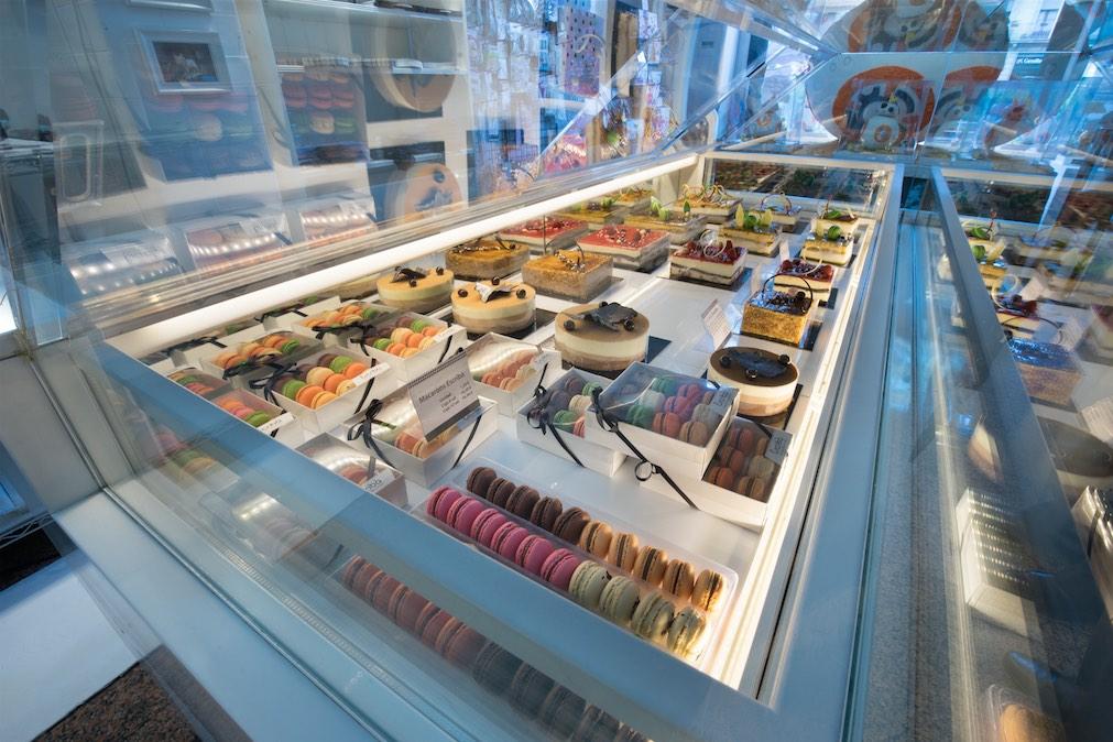 L'agencement de la pâtisserie Escribà Gran Via par Nakide, avec vitrine de pâtisserie